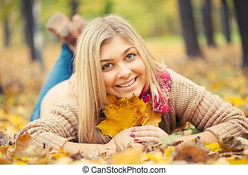 ősz, nő, liget, lefektetés, fiatal, lefelé, föld