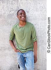 ściana, afrykanin, młody, przeciw, amerykanka, nachylenie, uśmiechnięty człowiek
