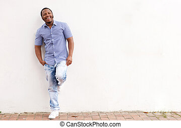 ściana, afrykanin, przeciw, amerykanka, nachylenie, uśmiechanie się, biały, człowiek
