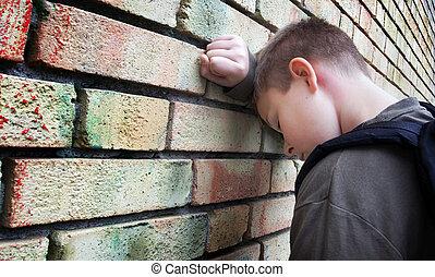 ściana, chłopiec, przewrócić, przeciw