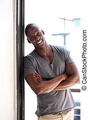 ściana, nachylenie, amerykanka, przeciw, okno, afrykański człowiek, przystojny
