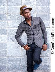 ściana, nachylenie, młody, przeciw, amerykanka, afrykański człowiek, przystojny