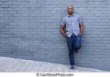 ściana, odprężony, afrykanin, przeciw, amerykanka, nachylenie, człowiek