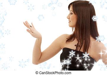 śliczny, brunetka, z, zaręczynowe kolisko, i, płatki śniegu,...