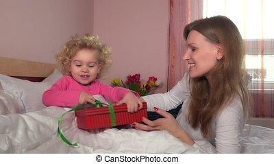 śliczny, brzemienny, macierz, kobieta, dawać, jej, mały, córka, dziewczyna, niniejszy, dar boks