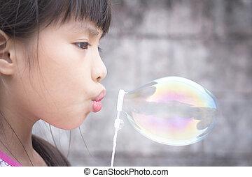 śliczny, mała dziewczyna, podmuchowe mydlane bańki