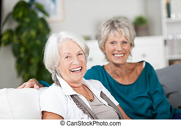 śmiech, starsi kobiety, odprężając na domu