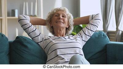 śniący, spoczynek, kobieta, sofa, odprężony, wygodny, stary, posiedzenie, szczęśliwy
