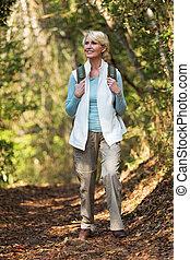 średni niemłody, kobieta hiking, w, góra