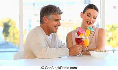 średni niemłody, para, picie, cocktaili