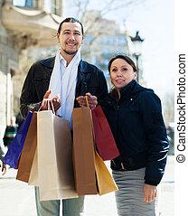 średni niemłody, para, z, shopping torby