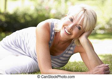 średni wiek, kobieta, park, przedstawianie