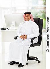 średni wschodni, biznesmen, posiedzenie w biurze