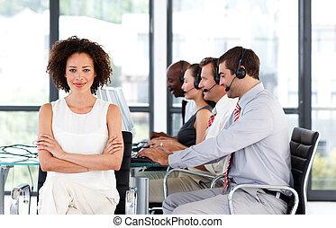 środek, afrykańska-amerikanka, pracujący, rozmowa telefoniczna, kobieta interesu