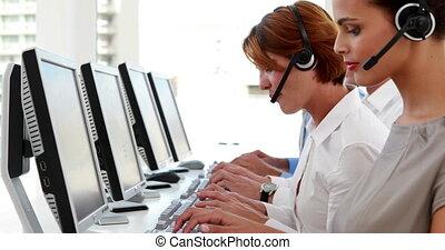 środek, praca, rozmowa telefoniczna, pracownicy, szczęśliwy