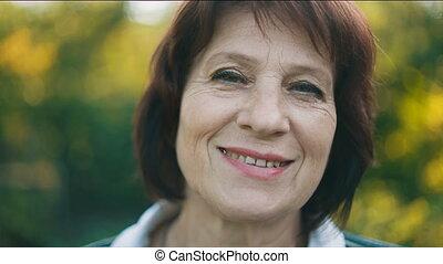 środek, uśmiechnięta kobieta, sędziwy, portret