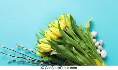 święto, contept, ozdoba, z, pisanki, i, żółty, tulipany, na,...