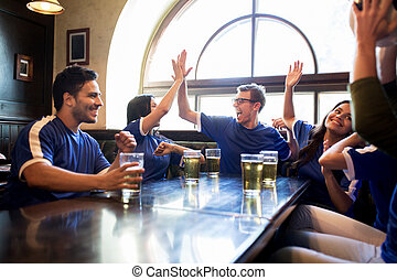 świętując, bar, piwo, piłka nożna, zwycięstwo, miłośnicy
