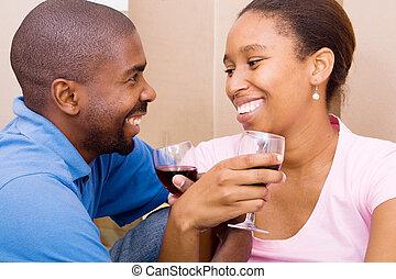 świętując, para, afrykanin