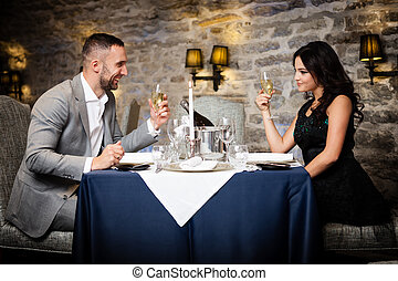 świętując, para, restauracja