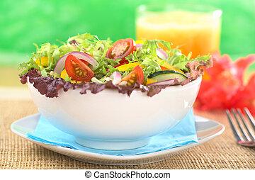 świeży, mieszana sałata, z, red-leaf, sałata, kędzierzawa cykoria, (frisee), wiśniowy pomidor, czerwona cebula, ogórek, i, czerwony i żółty, dzwonowy pieprz, w, biały, puchar, z, świeży sok, w plecach, (selective, ognisko, ognisko, na