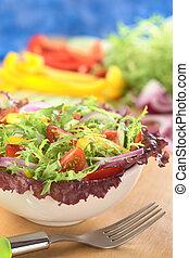 świeży, mieszana sałata, z, red-leaf, sałata, kędzierzawa cykoria, (frisee), wiśniowy pomidor, czerwona cebula, ogórek, i, czerwony i żółty, dzwonowy pieprz, w, biały, puchar, z, widelec, wobec, i, składniki, w plecach, (selectiv