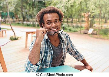 šťastný, hezký, afričan young voják, do, brýle, sedění, venku
