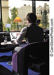 šťastný, osoba sedění, a, pracovní oproti, počítač na klín
