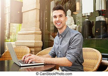 šťastný, osoba sedění, v, výčep, pracovní oproti, počítač na klín, mimo