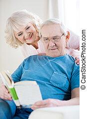 šťastný, představený kuplovat, povolit at home, osoba výklad, kniha