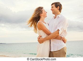 šťastný, romantik kuplovat, oproti vytáhnout loď na břeh, v, západ slunce, přijmout, každý, zbývající., voják i kdy eny, od vidět velmi rád, dívaní, ta, slunit se připravit předem, do, oceán