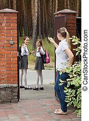 škola, školačky, vlnitost, jejich, chod, matka, usmívaní