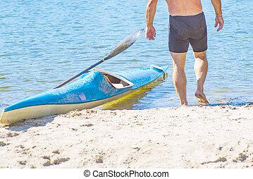 żółty, day., river., słoneczny, shore., concept.a, kajak, boat., podpłynięci, łódka, człowiek, lato, błękitny, kajak, dawanie klapsa, rzeka kayaking