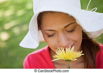 żółty, jej, trawa, tło, zamknięty, chodząc, znowu, biały, pachnący, kobieta, kwiat, oczy, kapelusz