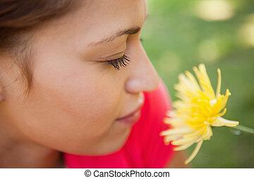żółty, jej, zapachy, ona, końce, kobieta, kwiat, oczy