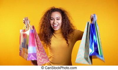żółty, studio, papier, sprzedaż, po, nabycia, spędzając, barwny, torby pieniędzy, sezonowy, pojęcie, młody, tło., kobieta shopping, szczęśliwy, dary, odizolowany