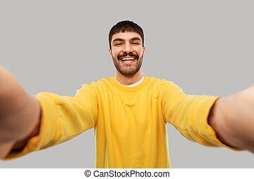 żółty, zrobienie, człowiek, szczęśliwy, młody, sweatshirt, selfie