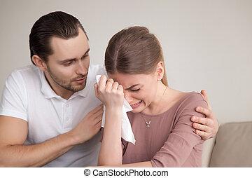 żona, płacz, pocieszający, szloch, młody, smutny, utulając, mąż, człowiek