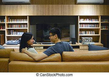 życie pokój, oglądający film, para, noc, szczęśliwy