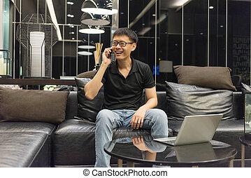 życie pokój, telefon, laptop, mówiąc, asian, biznesmen, szczęśliwy