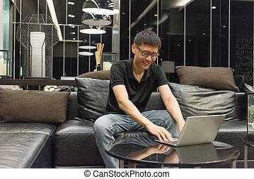 życie pokój, używający laptop, noc, biznesmen, szczęśliwy