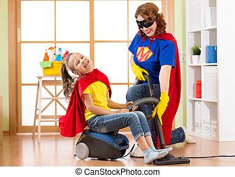 żyjący, córka, kobieta, superhero, rodzina, jej, room., razem, macierz, wiek średni, vacuuming, znowu, floor., mieć, dziecko, zabawa, pralnia, dziewczyna, koźlę