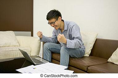 żyjący, dokumenty, pokój, laptop, używając, biznesmen, szczęśliwy