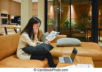 żyjący, kobieta, pokój, handlowy, laptop, akcentowany, dokumenty, noc, używając