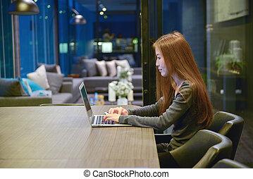 żyjący, kobieta, pokój, handlowy, laptop, akcentowany, noc, używając