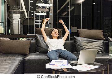żyjący, kobieta, pokój, handlowy, laptop, asian, noc, używając, szczęśliwy