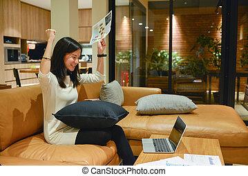 żyjący, kobieta, pokój, handlowy, laptop, dokumenty, noc, używając, szczęśliwy