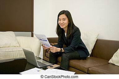 żyjący, kobieta, pokój, handlowy, laptop, dokumenty, noc, używając