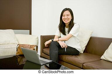 żyjący, kobieta, pokój, handlowy, laptop, noc, portret, używając, uśmiechanie się