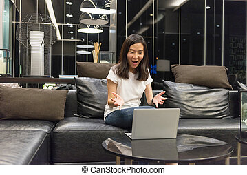 żyjący, kobieta, pokój, handlowy, laptop, noc, używając, szczęśliwy